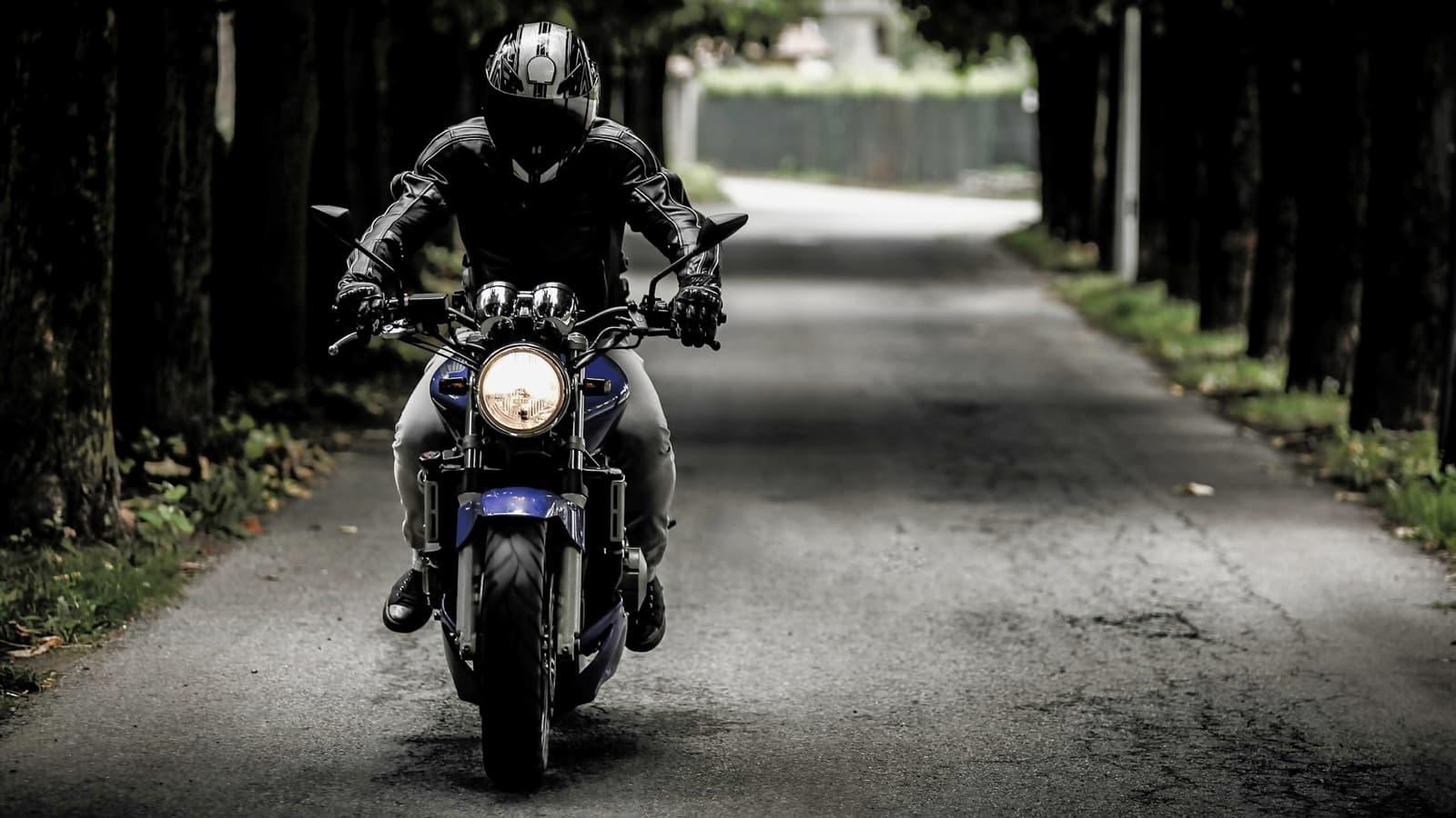 Persona conduciendo una moto